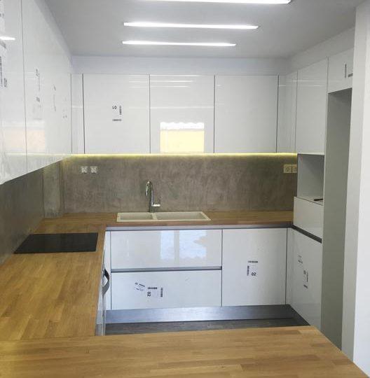 Κουζίνα με μασίφ πάγκο και γραμμικά φωτιστικά οροφής