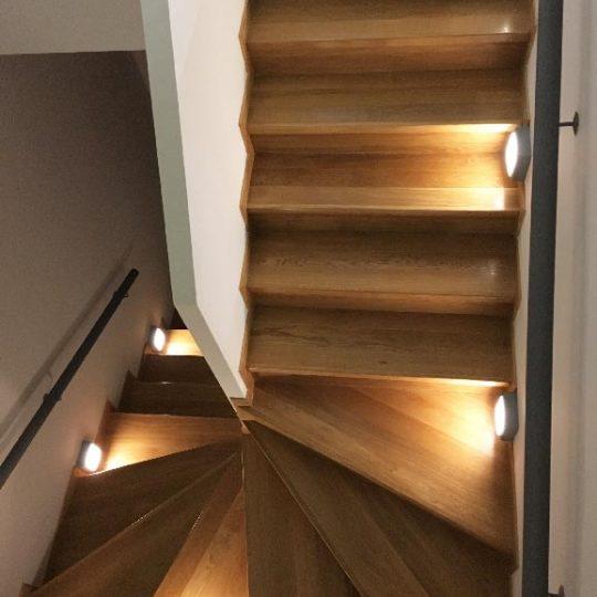 Δρύινη σκάλα μεζονέτας με φωτισμό