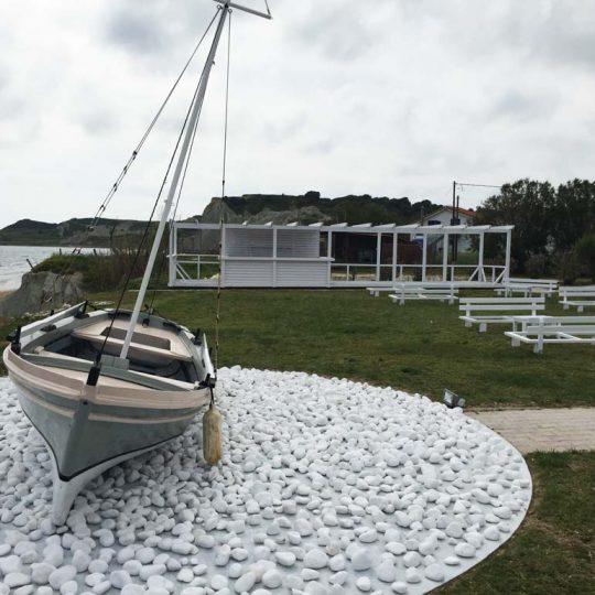 Ειδική κατασκευή με ξύλινη βάρκα