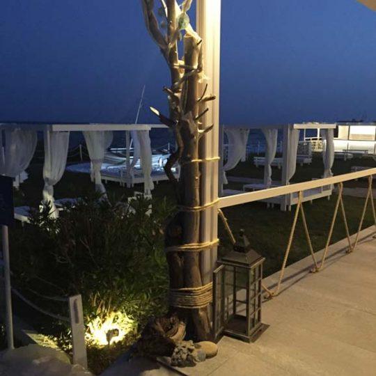 Διακόσμηση με θαλασσόξυλα και κρυφό φωτισμό