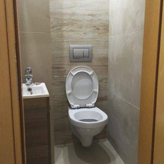 Μπάνιο με εντοιχισμένη λεκάνη και ξυλοπλακάκι