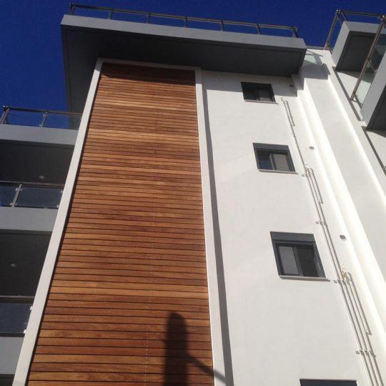 Πρόσοψη πολυκατοικίας με ξύλο ιρόκο