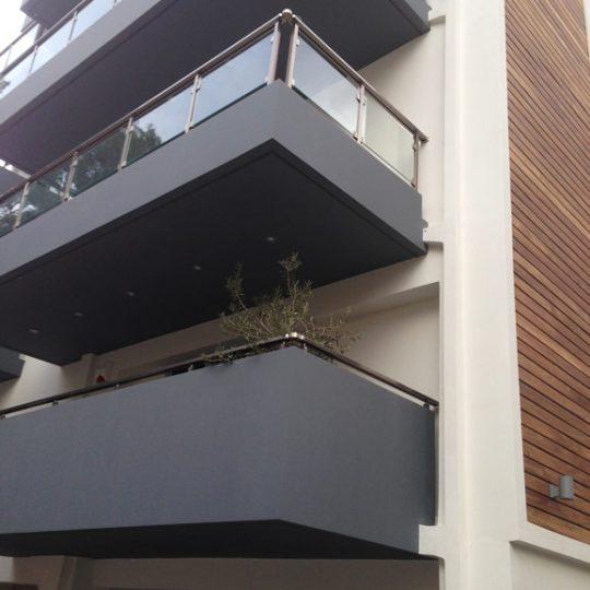 Μπαλκόνια με γκρι κάγκελα αλουμινίου και γυαλιού