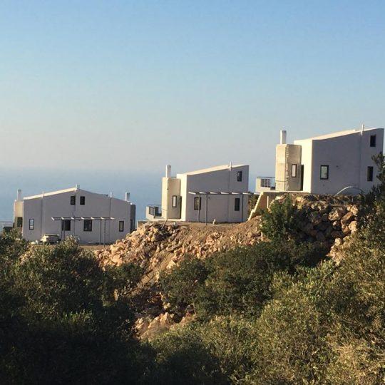 Πολυτελείς κατοικίες με μεταλλικό στέγαστρο σκίασης