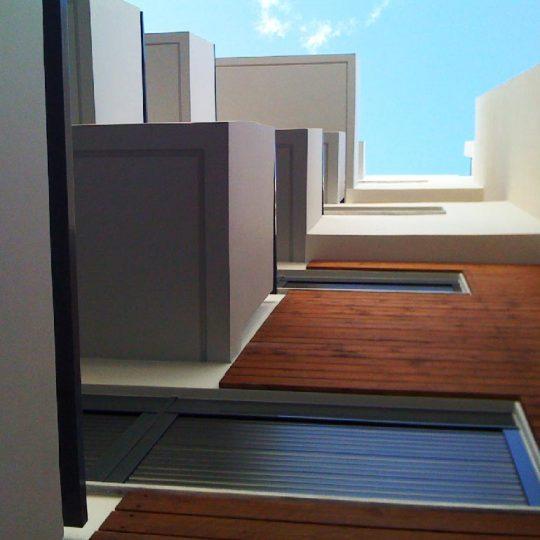 Εξωτερική διακόσμηση πολυκατοικίας με ξύλο ιρόκο
