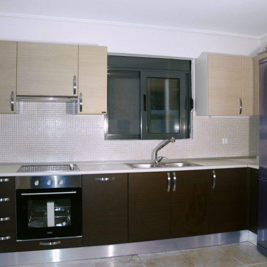 Διακόσμηση κουζίνας με ξύλο και αλουμίνιο