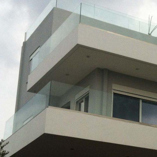 Διώροφη κατοικία με γυάλινα κάγκελα
