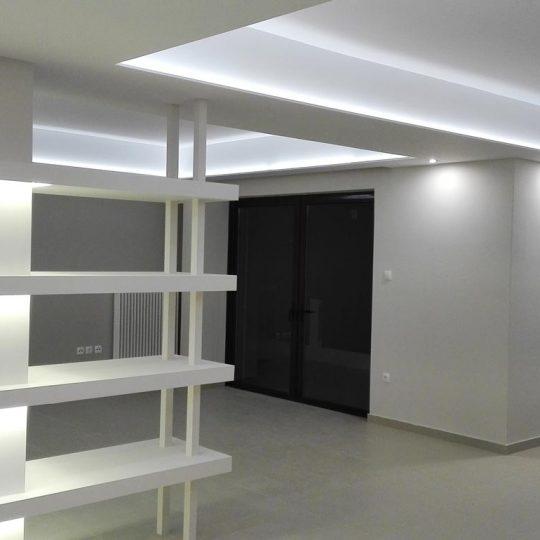 Κατασκευή με κολώνες και κρυφό φωτισμό