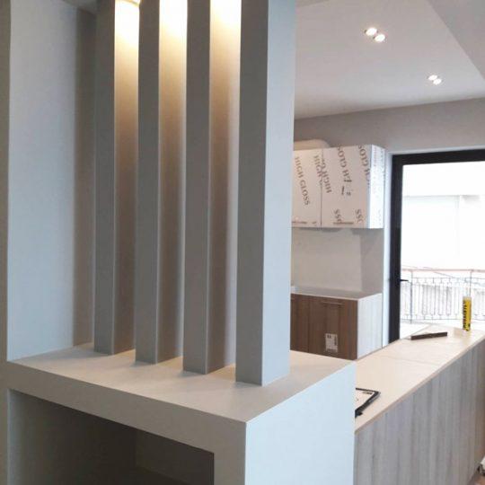 Κουζίνα με διακοσμητικές κολώνες και κρυφό φωτισμό